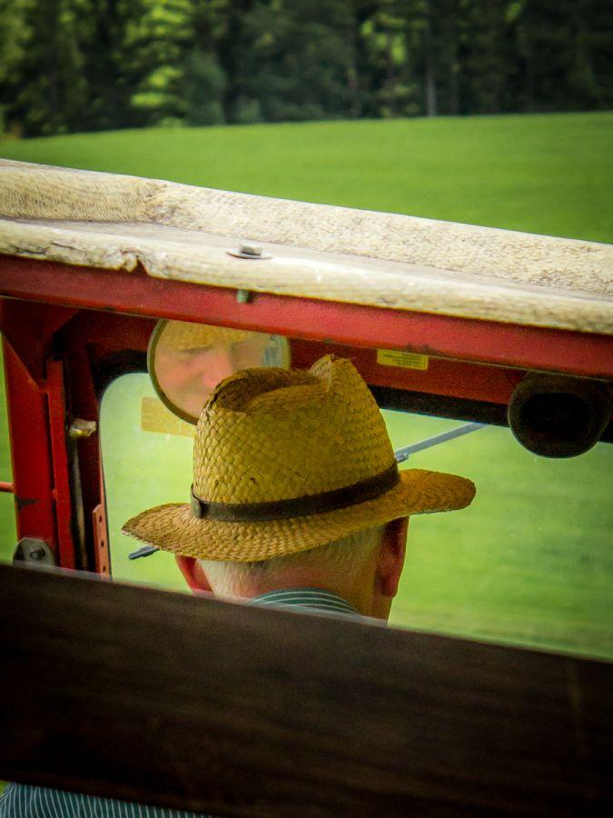 Opa bei einer Gäste-Traktorfahrt